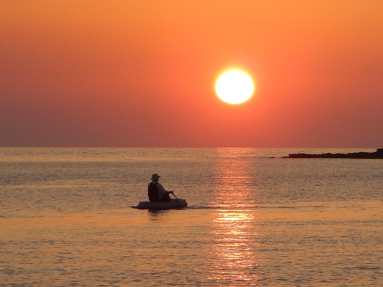 Thomas Käsbohrer legt mit seinem Schlauchboot an der Küste an