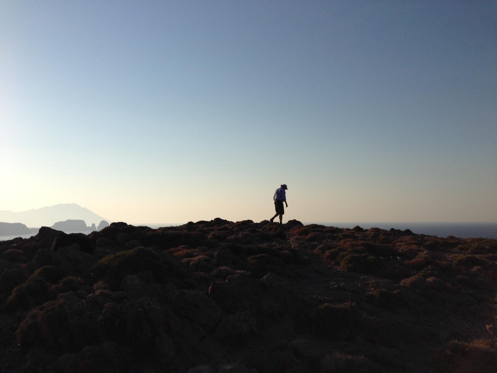 Thomas Käsbohrer besteigt in Griechenland einen Berg an felsiger Küste