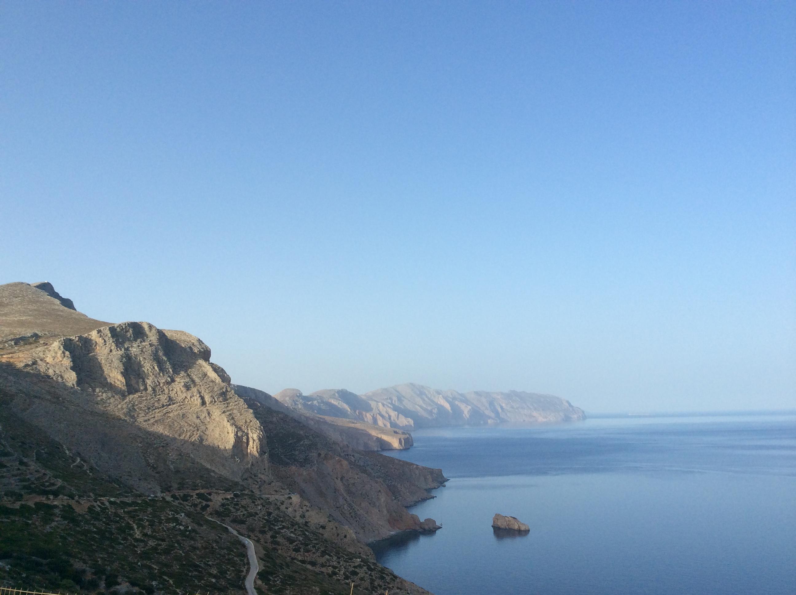 Panoramaaufnahme einer Griechischen Felsküste, die in strahlendem Sonnenschein liegt