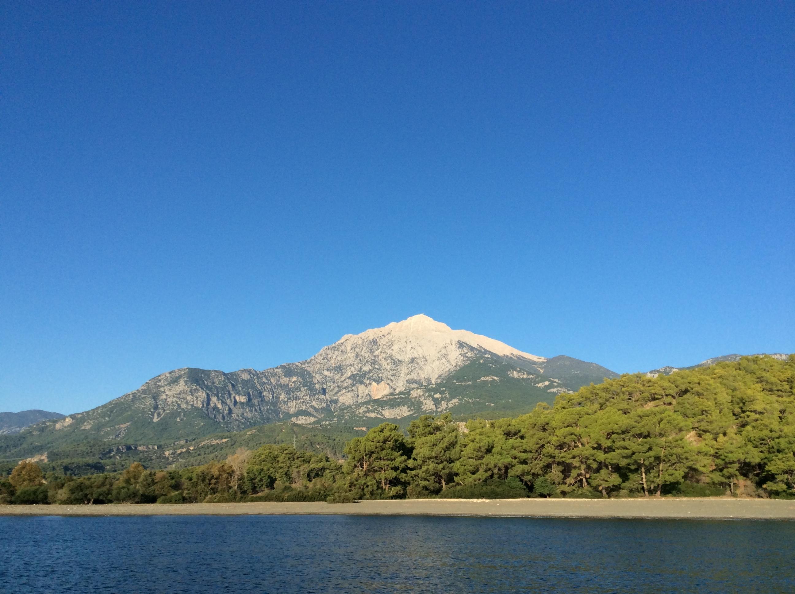 Ein griechischer Berg an der Küste