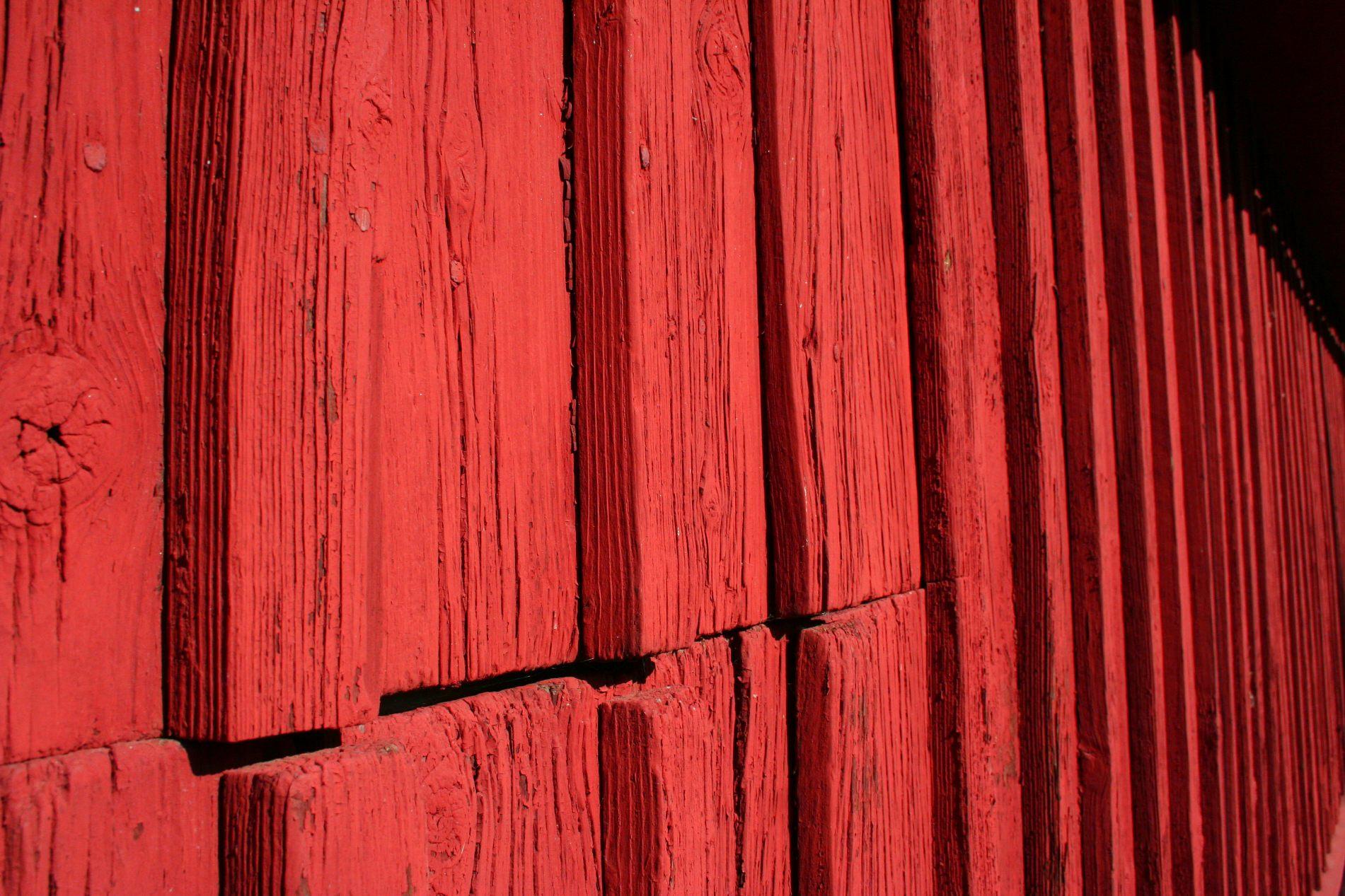 Eine rote Wand eines typisch schwedischen Häuschens