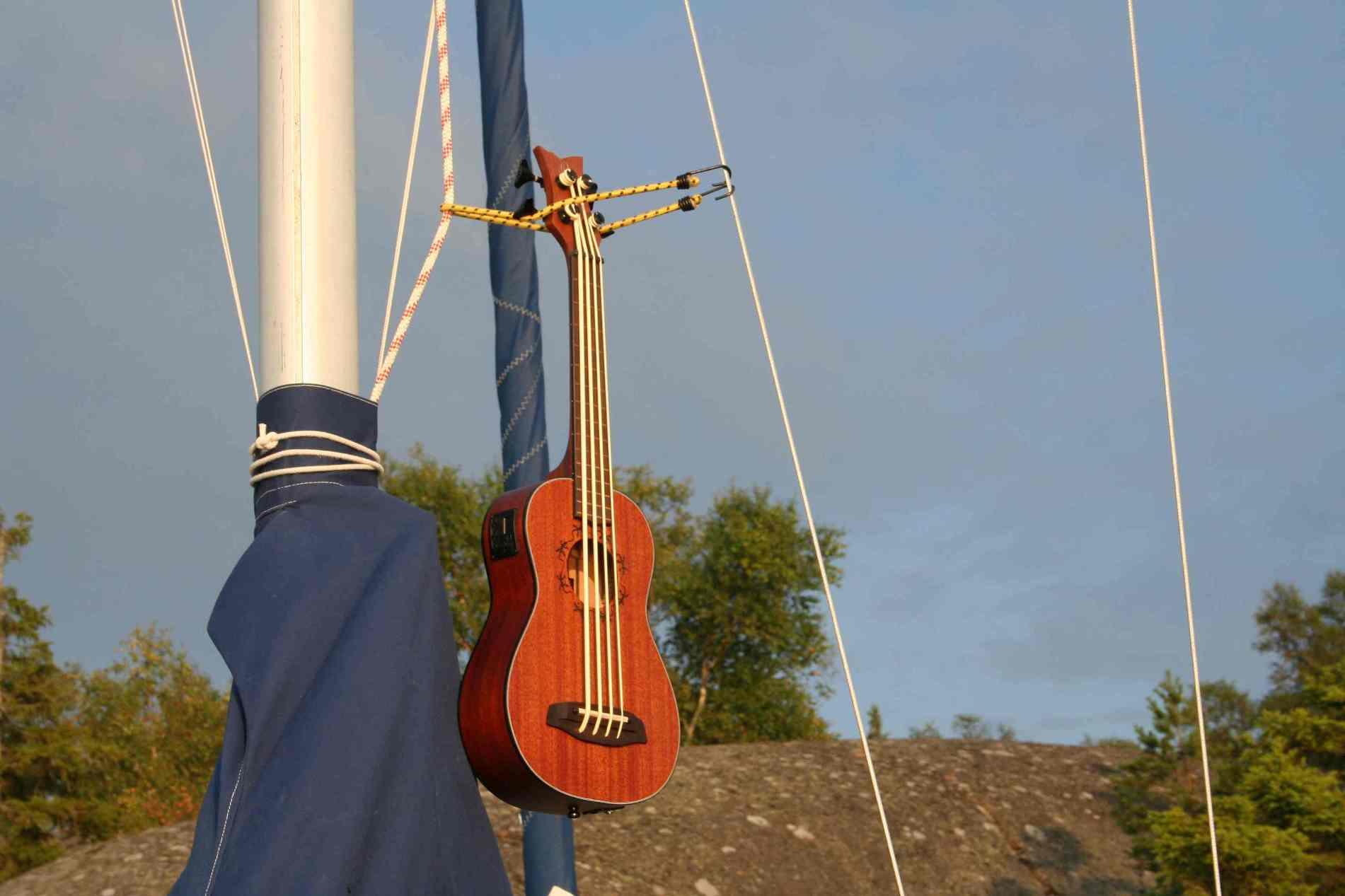 Ein Kontrabass der an den Mast eines Segelboots gebunden ist