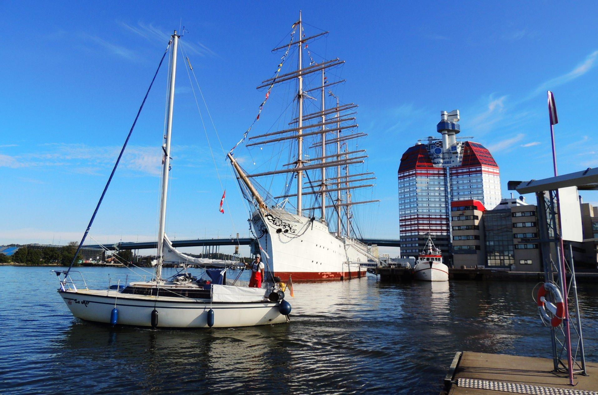 Ein großer Segelkreuzer in einem Hafen in den schwedische Schären