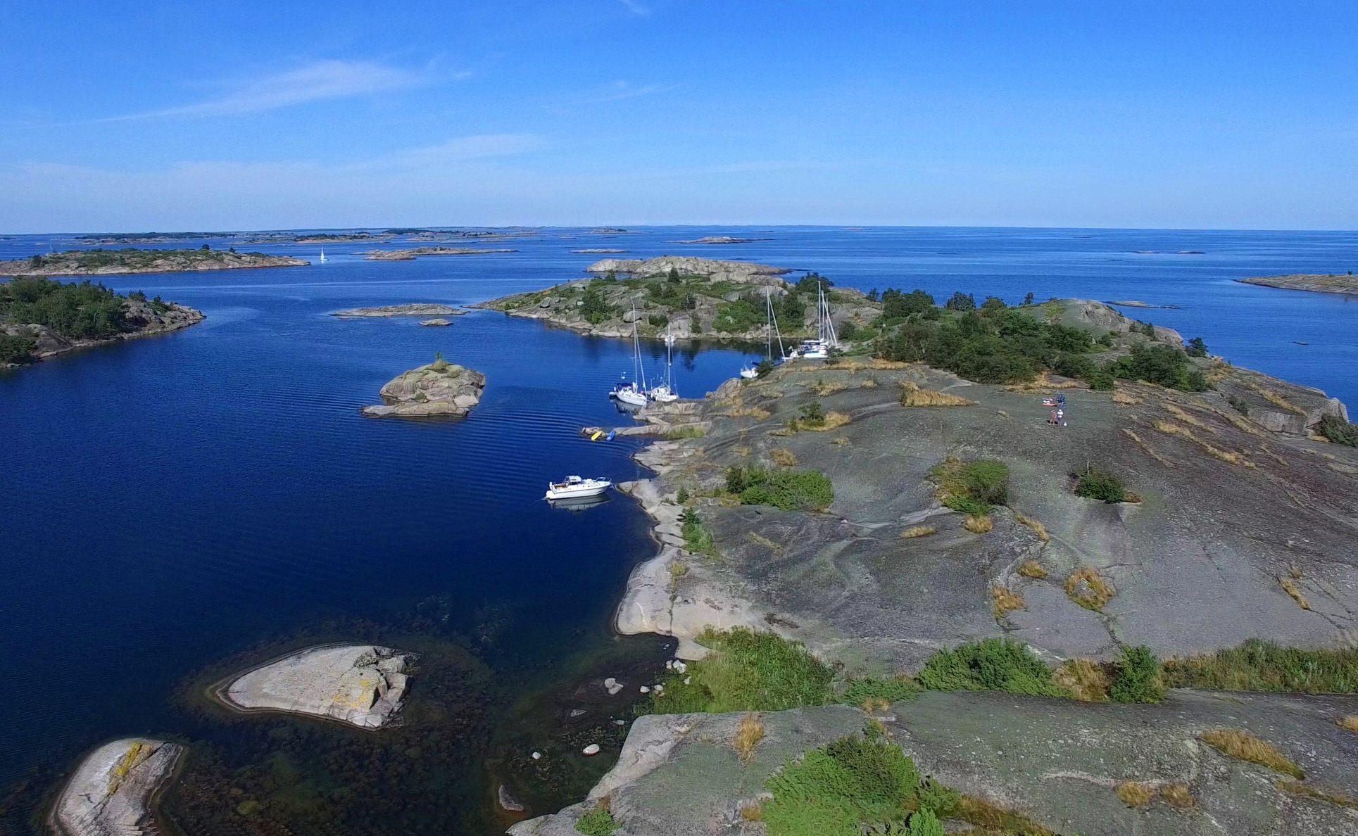 Eine Drohne macht Luftaufnahmen der schwedischen Schären