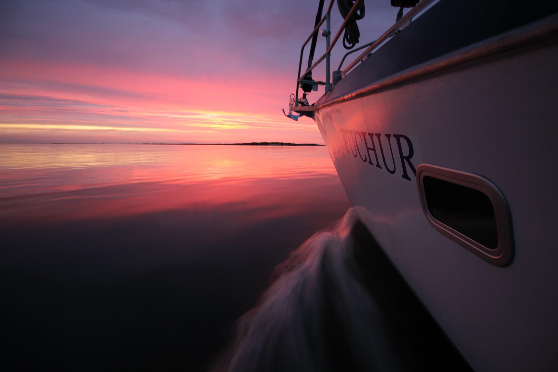 Das Segelschiff Fuchur segelt dem Sonnenuntergang entgegen