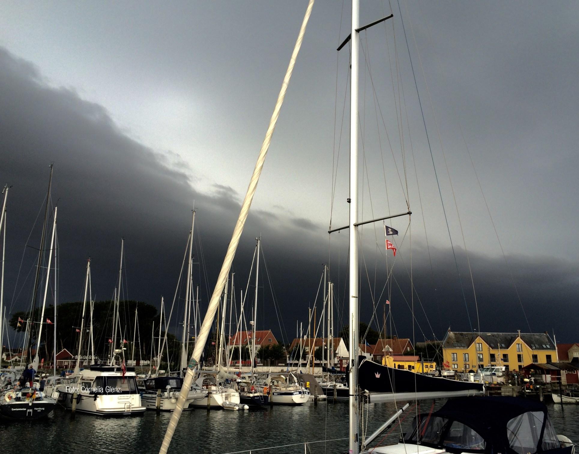 Dunkler Himmel, der bedrohlich über einem Yachthafen liegt