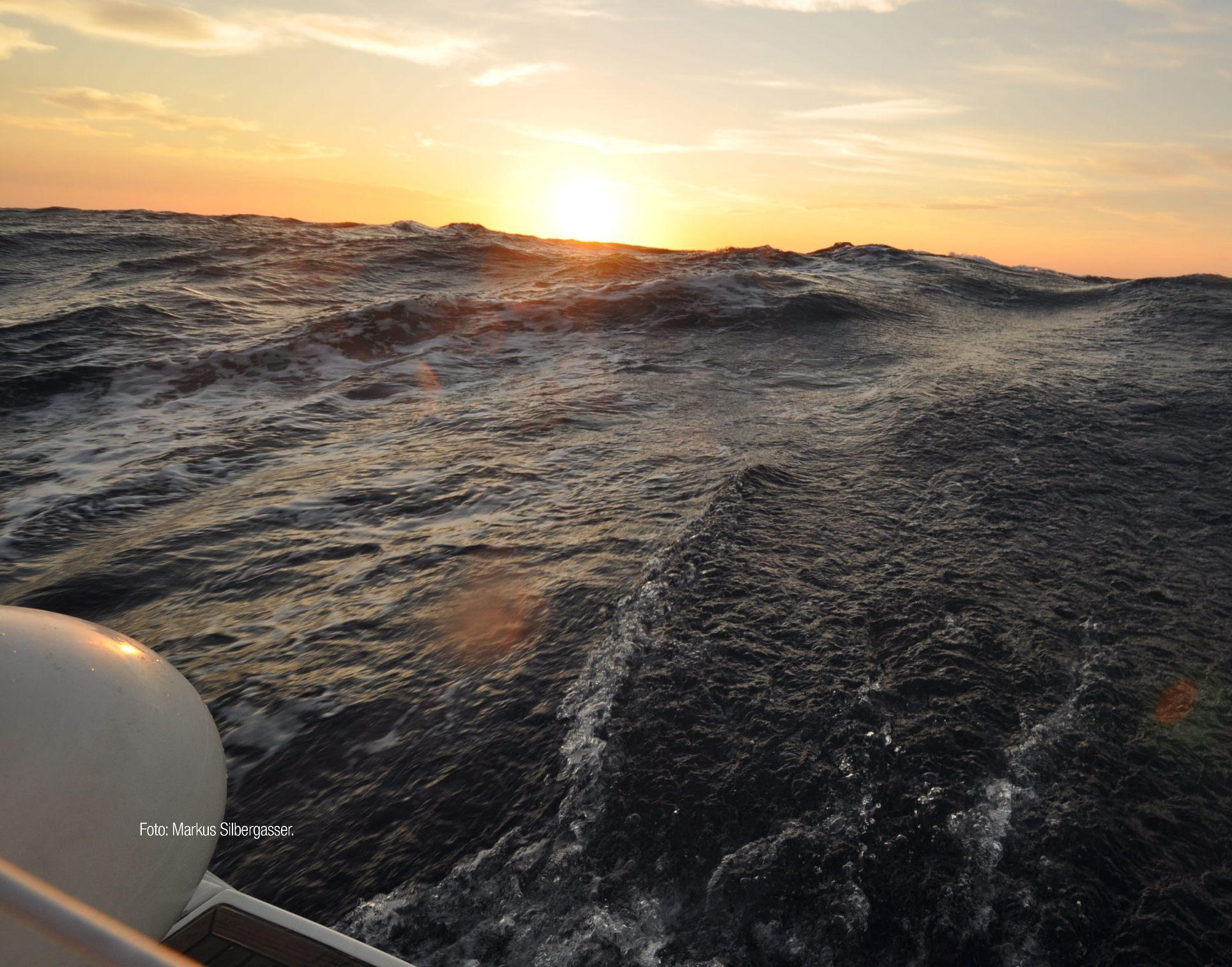 Eine hohe Welle an Bord eines Segelschiffs aufgenommen