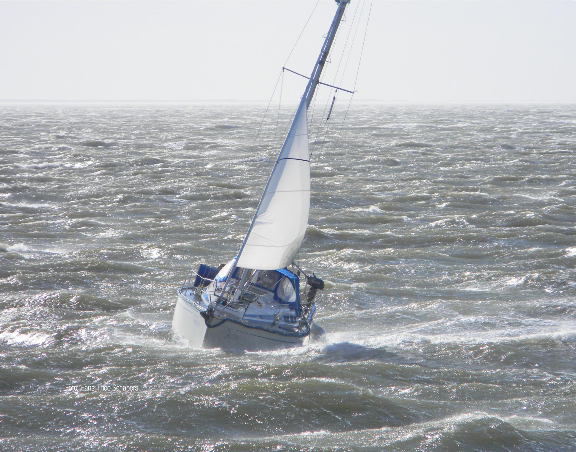 Panoramabild von unruhiger See mit Segelboot, das in den Wellen schaukelt