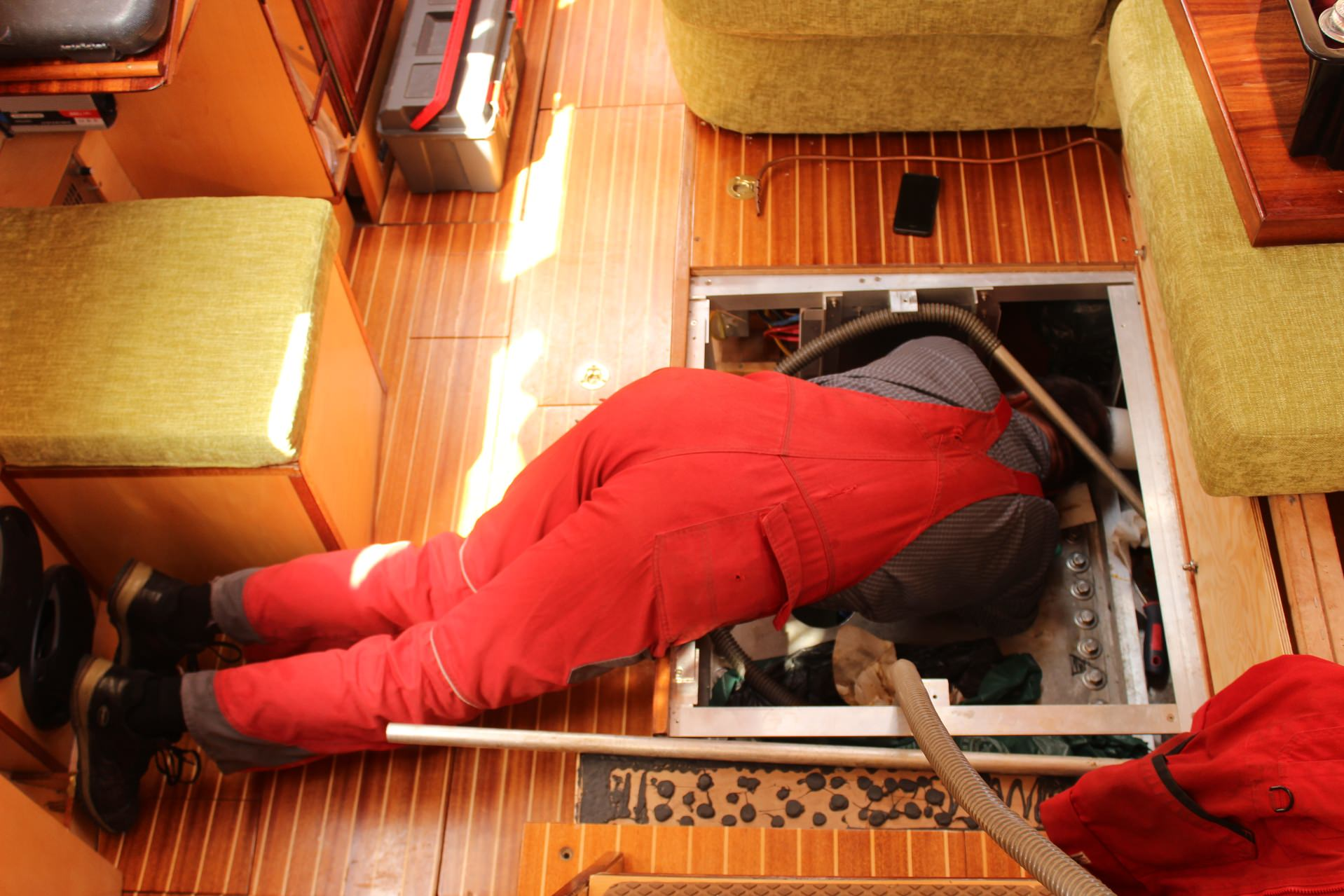 Holger Peterson reinigt den Tank seines Segelschiffs