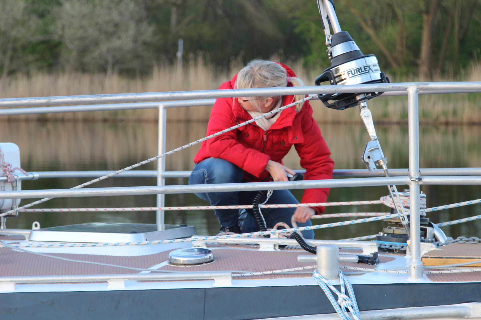 Aufnahme der Frau Holger Petersons an Deck ihres Segelboots