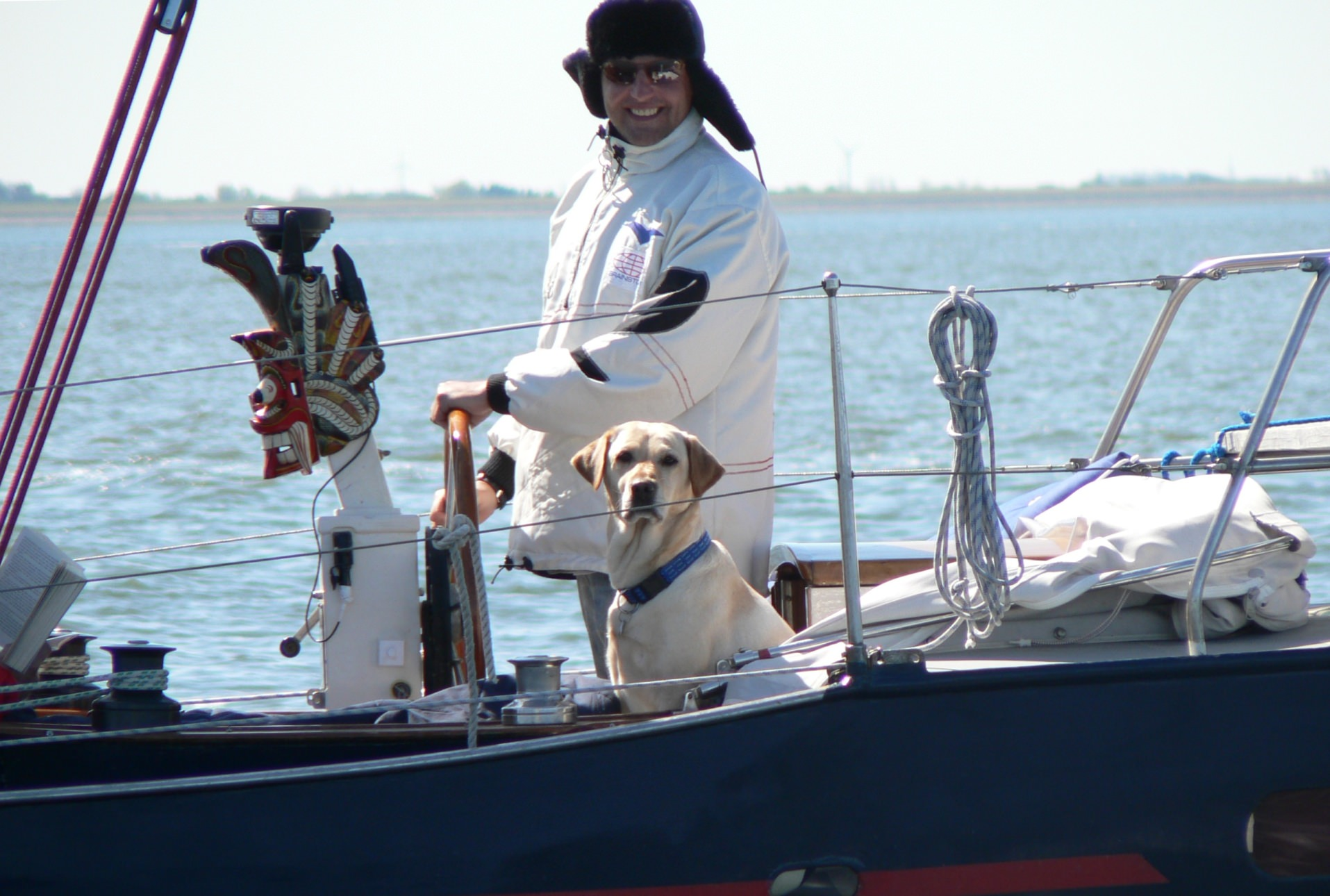 Holger Petterson und sein Hund Amber an Deck des Segelboots Fuchur