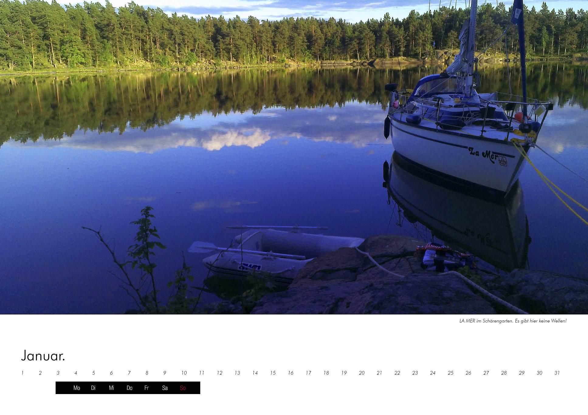 Kalenderbild des Seegelboots La Mer in einer Bucht in den schwedischen Schären