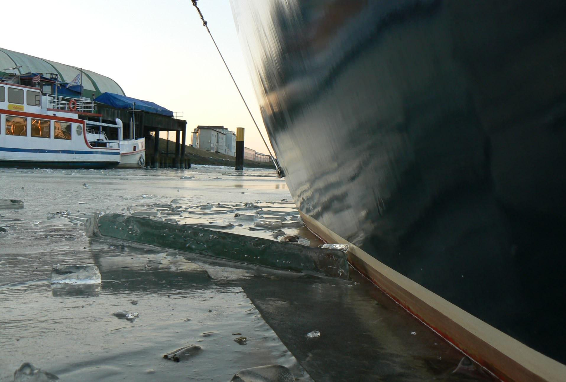 Das eingefrorene Segelboot Fuchur im Hafen von Bremen